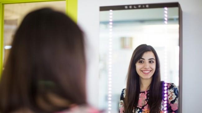 SELFIE智能镜子能够自动自拍并分享给好友