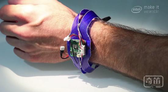 Nixie成为首款佩戴在手腕上的概念型自拍飞行器