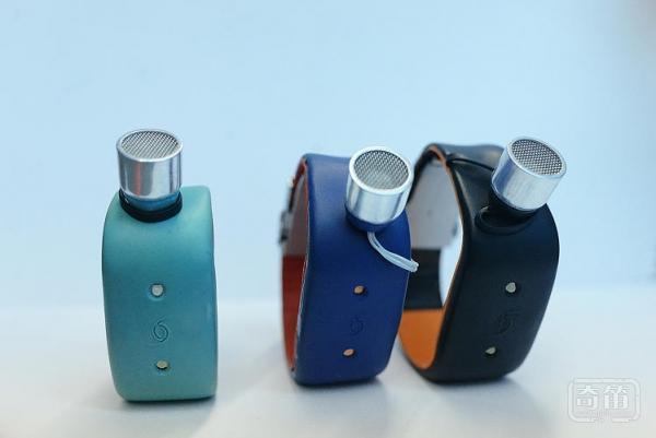 Ustraap手镯能为盲人提供360度的环境感知