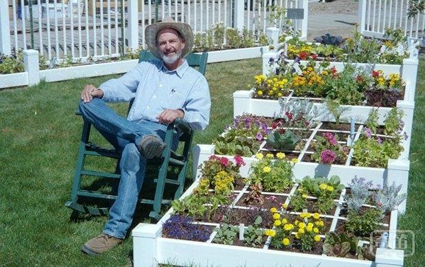 如今,一套有趣的一米园地方案风靡网络,在全球各地都有人实施,深受大家喜爱。把菜园放在屋顶或阳台,可以充分利用城市建筑的闲置空地,通过装配式、景观化的手法种植绿色蔬菜,整合雨水收集系统、太阳能利用设施、互联网信息系统等多项节能环保与信息化技术,让城市居民不出城市就能置身田园,享受都市农业的休闲新方式。面对如此新奇的种植方式,你动心了吗? 一米园地风靡网络 在有限的土地上,吃无限的蔬菜,这是很多人的梦想。那么,究竟这有限的土地到底是多少呢?美国人Mel Bartholomew通过实践,称只需要1.
