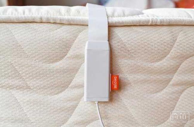 Beddit的睡眠传感器可以监测你整晚睡眠情况