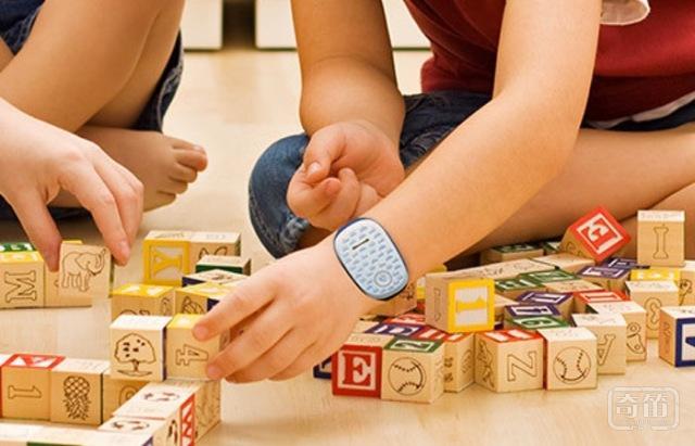 LG儿童手机GizmoPal 可以佩戴在孩子的手腕上