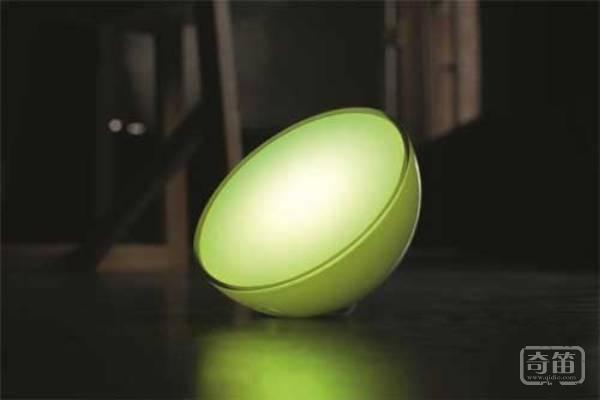 Philips Hue Go智能灯泡能够捧在手心里