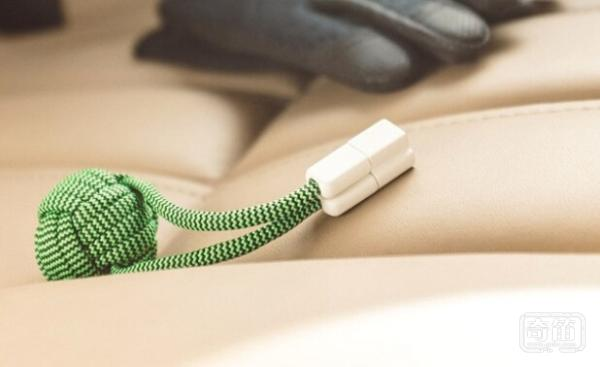 BOLD Knot超迷你移动电源可以拴在钥匙上