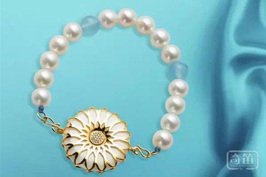 """小米闯入可穿戴珠宝领域,能摆脱""""屌丝专用品""""的品牌形象吗?"""