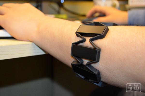 一样的手环,不一样的玩法-MYO手势臂环评测