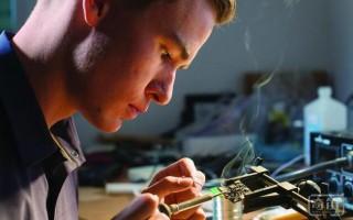 这个19岁青年发明了第一把指纹识别智能手枪