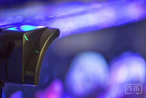 自动清洁鱼缸的远程遥控机器人  MOAI 还可以潜水者的视角和鱼儿互动