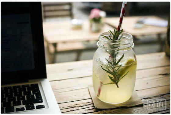 嗜酒者的福利!只需一款玻璃杯,让你喝水也像喝酒