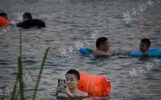 躺在水中刷手机!武汉这群纳凉族真会玩
